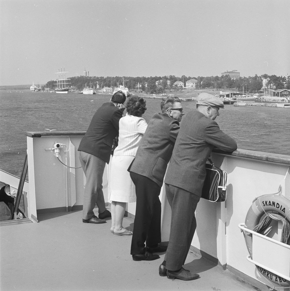 Resenärer på m/s Skandias ytterdäck.