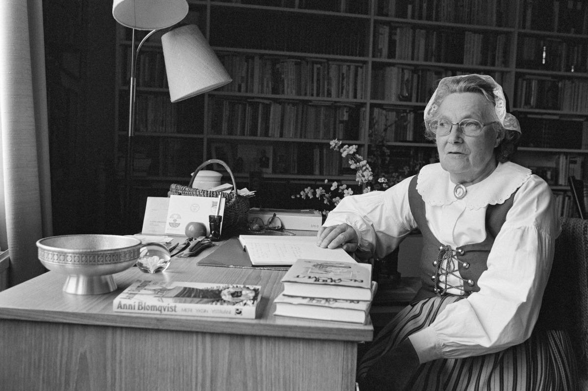 Ahvenanmaalainen kirjailija Anni Blomqvist vuonna 1984. Kuva: V K Hietanen. Museovirasto.