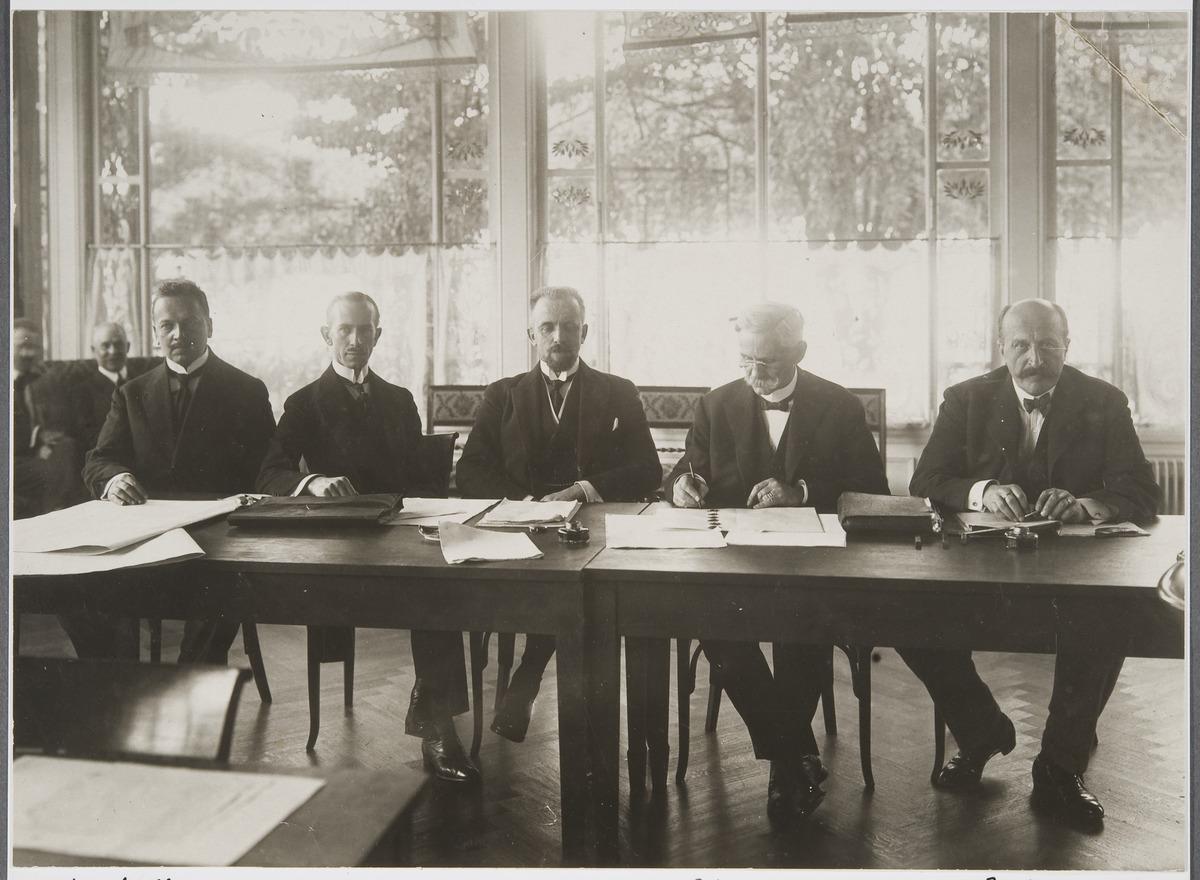 De finländska och svenska delegationerna under konferensen om Ålands neutralisering 1921. På bilden ses från vänster Rafael Erich, Oscar Enckell, Carl Enckell, Erik Marcks von Württemberg och Eric Trolle. Museiverket.