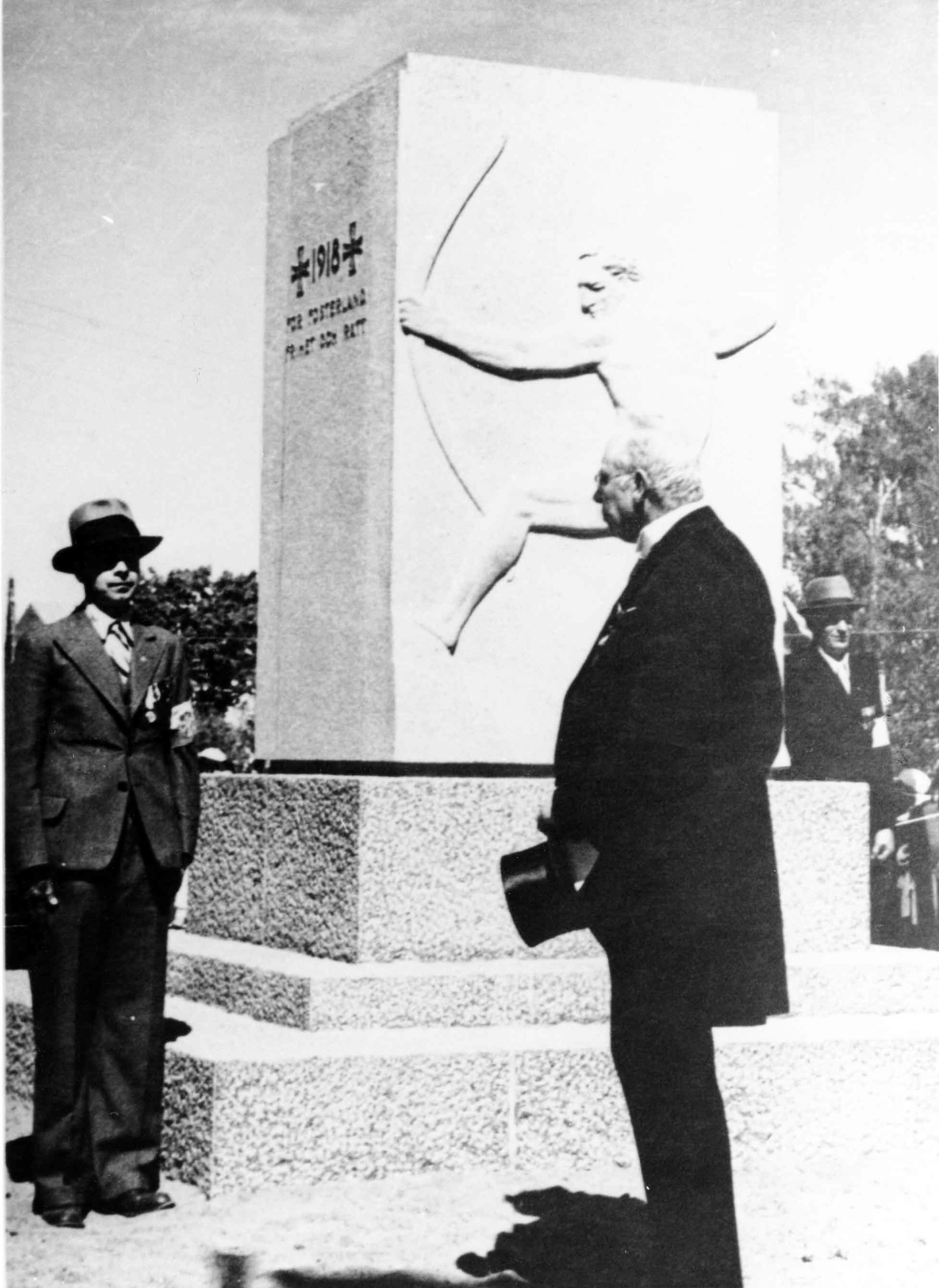 Maakuntaneuvos Carl Björkman puhuu Godbyssä 1938.
