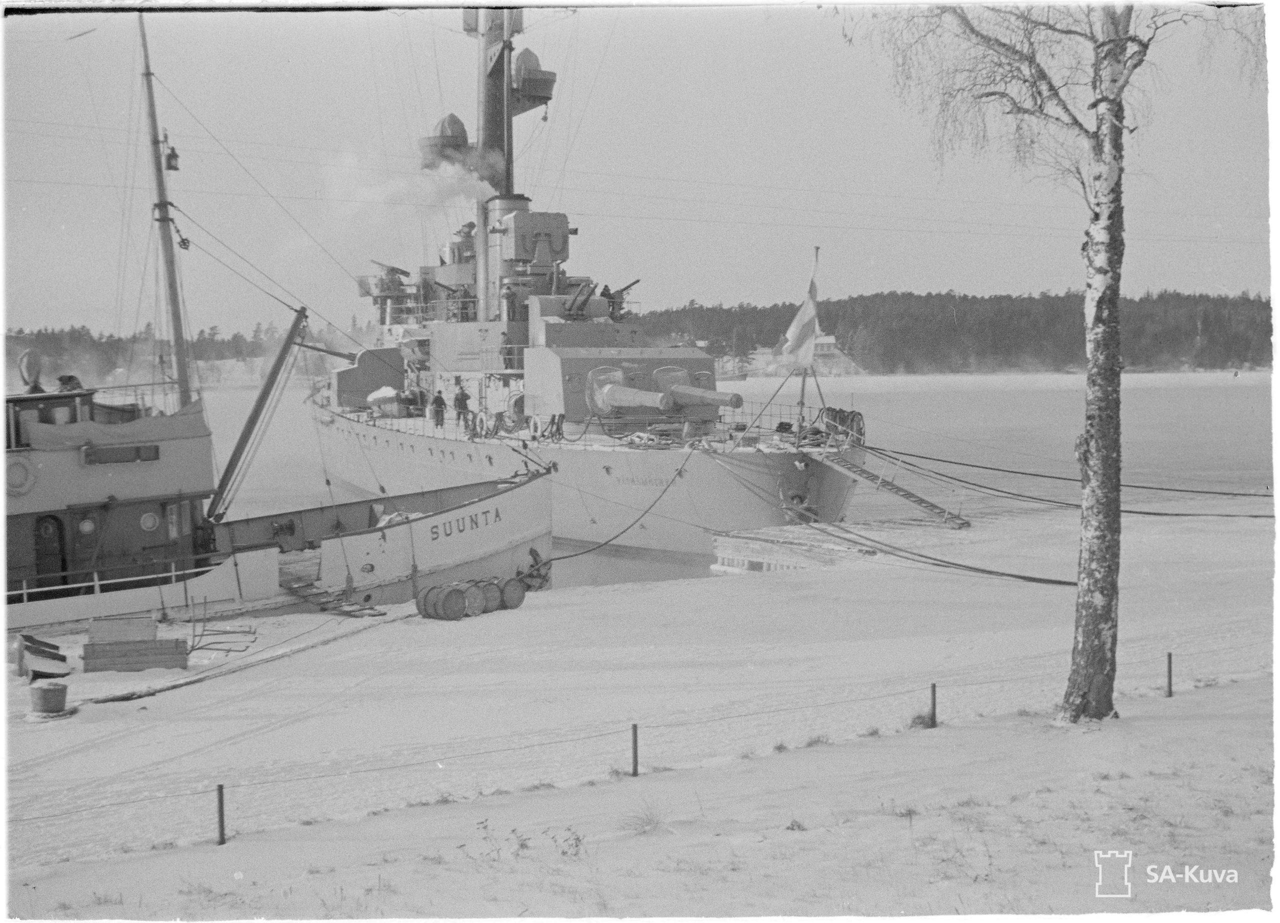Pansarfartyget Väinämöinen i åländska vatten i januari 1940. Fotograf okänd. SA-bild