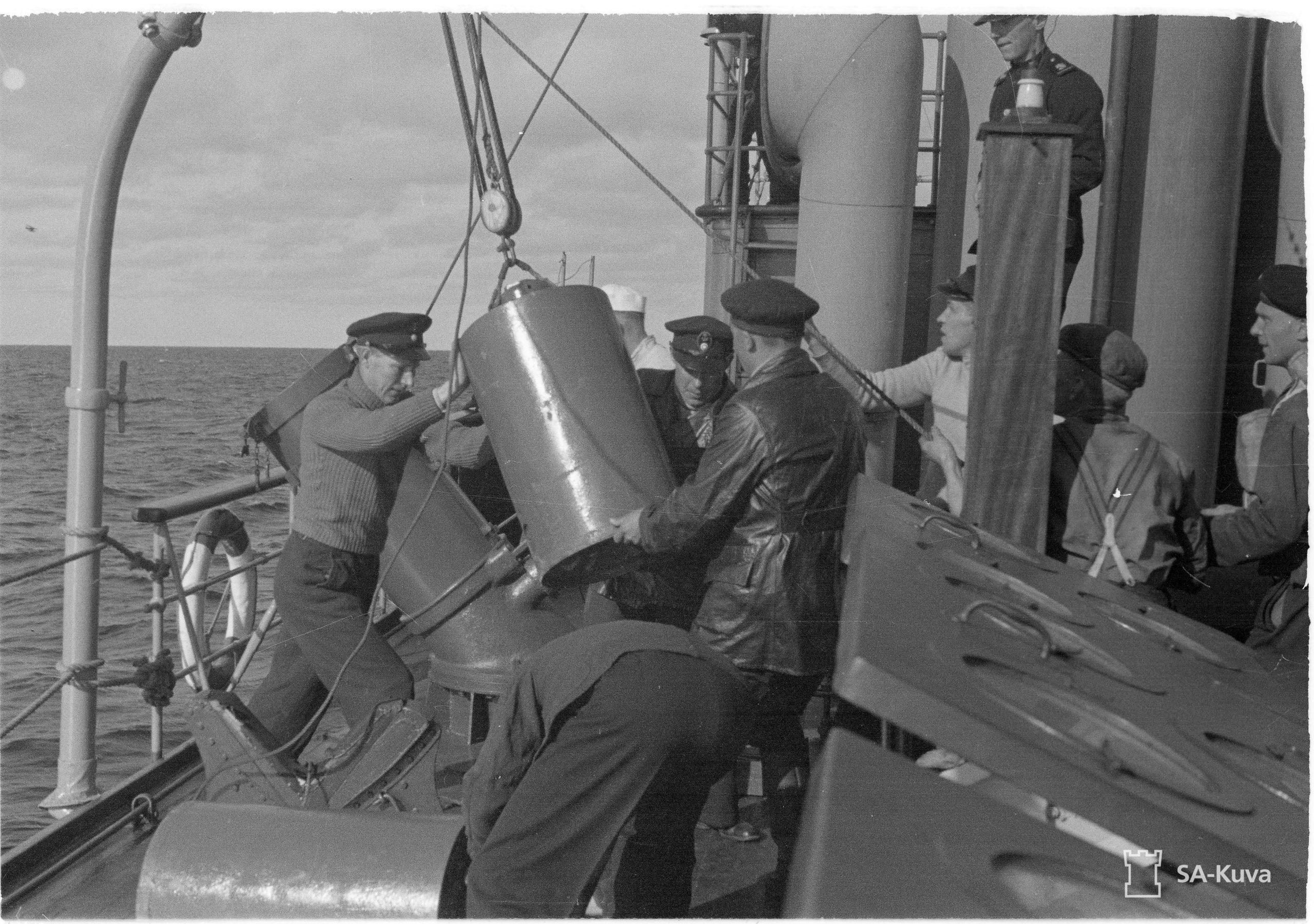 Ahvenanmerellä: pommien käsittelyä. Kuva: L Zilliacus. SA-kuva.