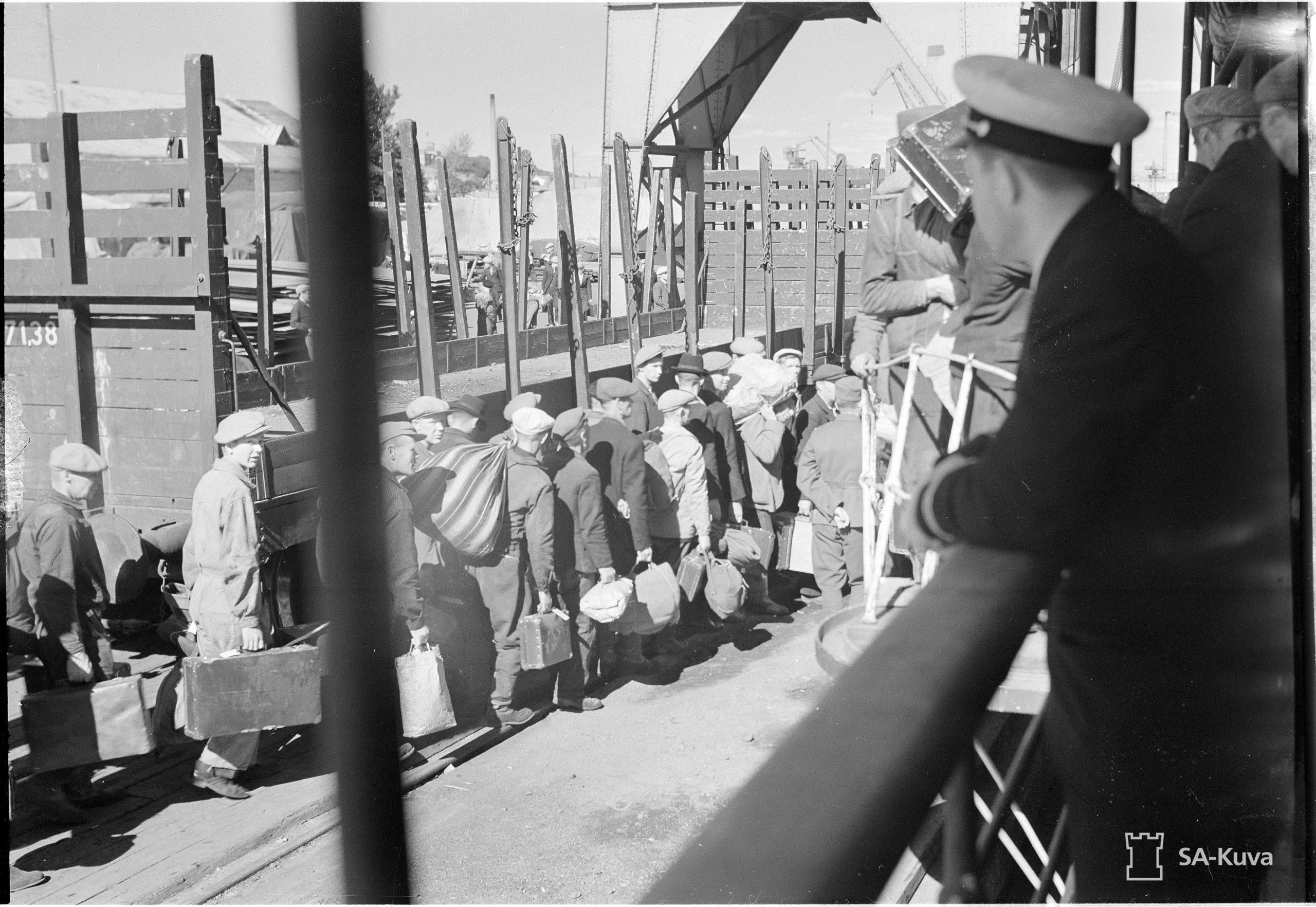 Linnoitustyöläisiä lähdössä Ahvenanmaalle 24.6.1941. Kuva: Gunnari. SA-kuva.